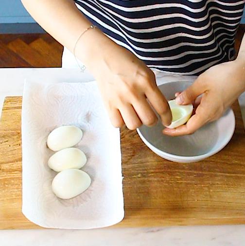 키친 타월을 깔고 계란 흰자를 건져내 물기를 제거한다.