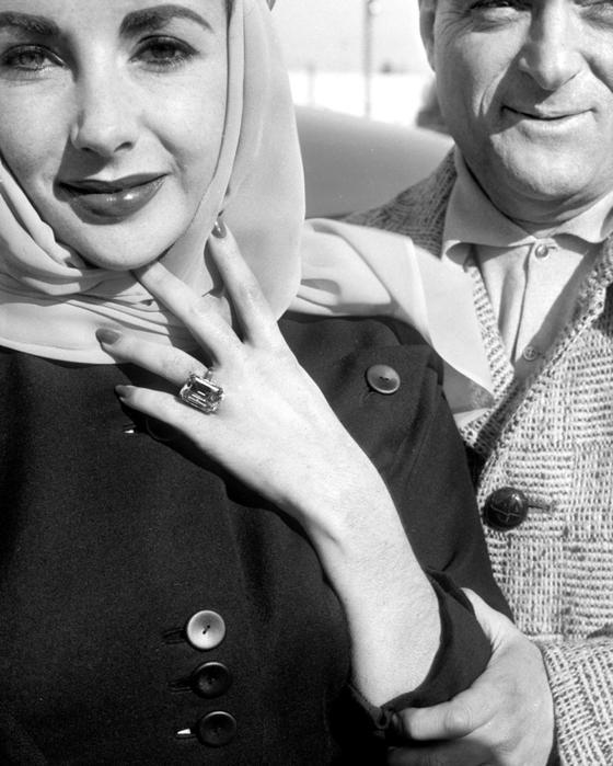 엘리자베스 테일러가 마이크토드에게 받은 다이아몬드 반지를 보이고 있다