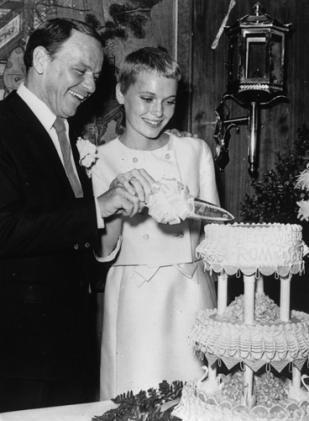 1966년 30살의 나이차를 극복하고 결혼하는 프랭크 시나트라(왼쪽)와 미아 패로(오른쪽).