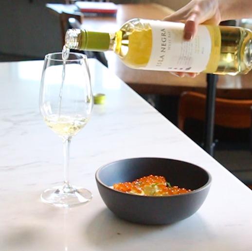 맛이 고소하고 풍미가 좋기 때문에 가벼운 샴페인이나 스파클링 와인이 잘 어울린다.