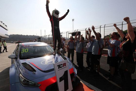 현대차 첫 서킷용 경주차 'i30 N TCR'이 TCR 인터내셔널 시리즈 데뷔전에서 우승하자 드라이버 가브리엘 타퀴니가 기뻐하고 있다. [사진 현대차]