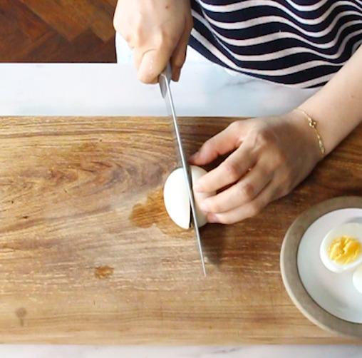 삶은 계란을 반으로 갈라 속을 파낸다.
