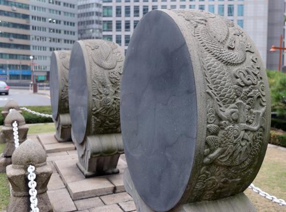 세개의 석고가 황궁우 옆에 놓여 있다. 1903년 고종 즉위 40년을 기념해 만들어졌다. 최승식 기자