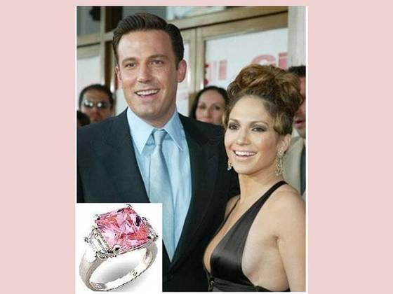 제니퍼 로페즈는 벤 에플렉으로부터 핑크 다이아몬드 반지를 약혼반지로 받았다.