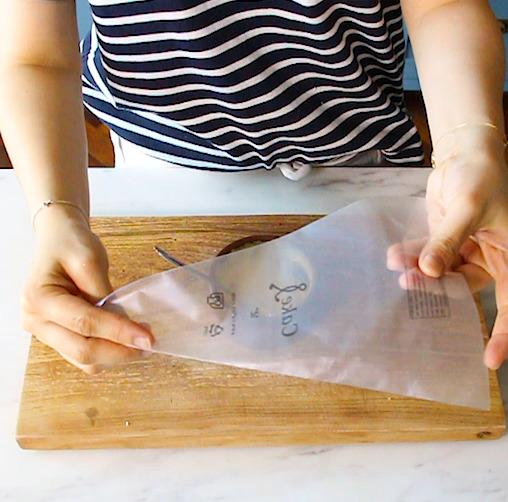 만들어둔 노른자 소스를 짤 주머니에 넣는다.