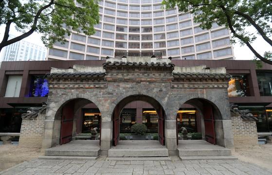 환구단 삼문을 지나면 환구단 대신 호텔 연못과 식당이 마주한다.