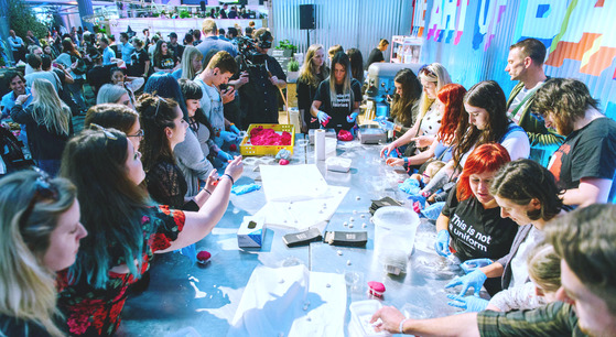 행사 참가자들이 직접 비누를 만들어 보고 있다.