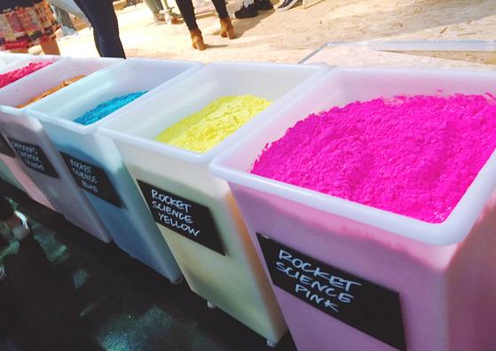 핸드메이드 입욕제의 원료인 다양한 색의 파우더들.
