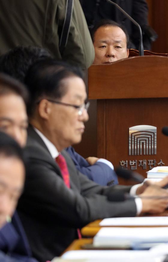 김이수 헌재 권한대행이 13일 오전 헌법재판소 국정감사장에 앉아 있다. [연합뉴스]