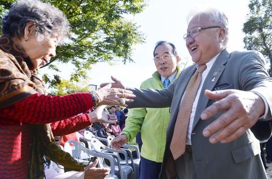 마이크 혼다 미국 전 하원의원이 강일출 할머니를 반갑게 맞이하고 있다. 프리랜서 김성태