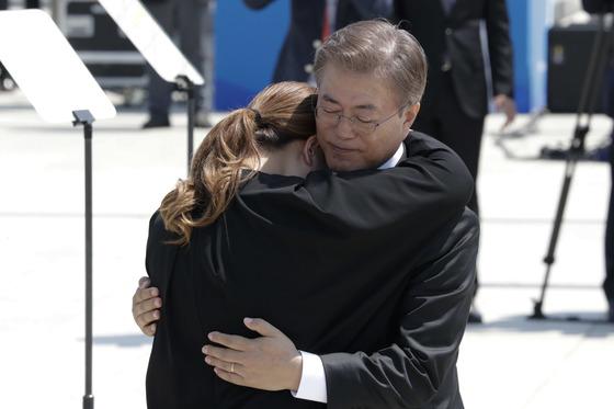 문재인 대통령이 '제37주년 5·18민주화운동 기념식'에서 5·18 유가족을 위로하고 있다. 사진공동취재단