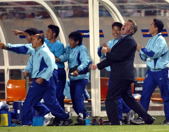 2002월드컵 당시 한국과 포르투갈의 D조 조별리그 3차전에서 후반 25분 박지성의 골이 터지자 거스 히딩크 감독(오른쪽에서 두 번째)이 환호하고 있다. 맨 왼쪽이 박항서 당시 코치. [중앙포토]