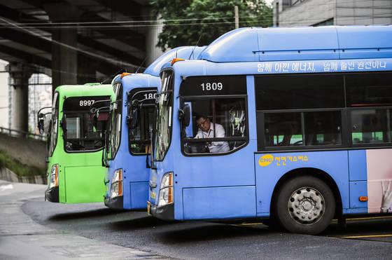 차고지에서 대기 중인 시내버스들. 교통카드 단말기, 환승 할인 등이 특징적인 한국의 시내버스는 외국인들도 감탄할 정도다. 박종근 기자