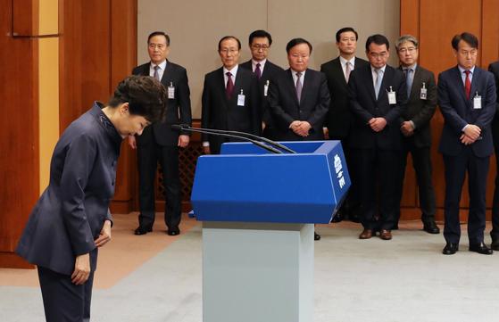 지난해 10월 25일 박근혜 당시 대통령이 청와대에서 '연설문 유출 의혹'에 대해 대 국민 사과를 한 후 인사하고 있다. [청와대사진기자단]