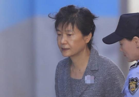 박근혜 전 대통령이 서울중앙지법에서 열린 재판에 출석하기 위해 호송차에서 내려 법정으로 향하고 있다. [연합뉴스]