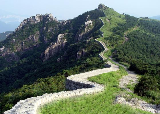 국내 최장 산성인 금정산성. 조선 군병이 순찰을 돌던 산성길을 따라 걷는 도보여행길이 조성됐다. [사진 한국관광공사]