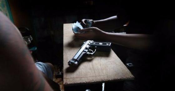 국내 인터넷 사이트에서 불법적인 총기 거래가 버젓이 이뤄지고 있는 것으로 나타났다. 장난감 총이나 개조총기가 아닌 베레타(사진)나 글록 등 실제 총기다. 불법 총기는 주로 필리핀이나 러시아 등에서 밀수돼 거래되고 있는 것으로 알려졌다. [중앙포토]
