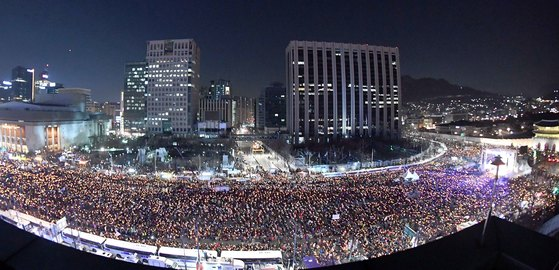박근혜 대통령 탄핵소추안이 가결된 다음 날인 지난해 12월10일 광화문 광장에 모인 시민이 촛불을 밝히고 '박근혜 대통령 즉각 퇴진' 구호를 외치며 청와대로 향하고 있다. [중앙포토]
