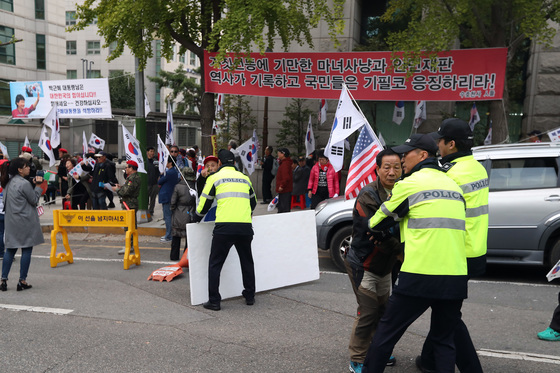 13일 오후 서울지방법원 앞 삼거리에서 박근혜 전 대통령 지지자들이 법원의 구속연장 결정에 시위를 하고 있다. 우상조 기자