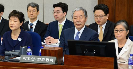지난 5월 23일 열린 박근혜 전 대통령의 첫 번째 공판. 박 전 대통령이 최순실씨의 변호인인 이경재 변호사를 사이에 두고 최씨와 나란히 피고인석에 앉아 있다. [중앙포토]