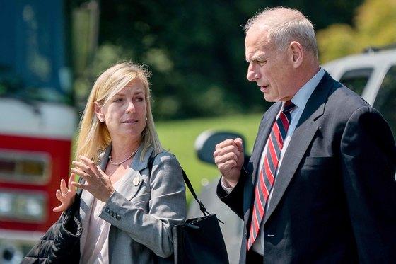 백악관 뜰에서 커스텐 닐슨 부비서실장과 얘기를 나누고 있는 존 켈리 비서실장(오른쪽). 백악관은 11일(현지시간) 도널드 트럼프 대통령이 닐슨을 새 국토안보부 장관으로 지명한다고 발표했다. [AP=연합뉴스]