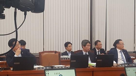 추 대표의 발언으로 인해 여야 의원들 사이에 고성이 오갔지만 이미 자리를 뜬 추 대표. 박유미 기자