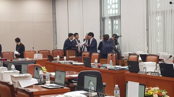 국감 정회가 선포되자 박완주 의원(오른쪽에서 세번째)이 농식품부 사무관들에게 추가자료 요청을 하고 있다. 김록환 기자