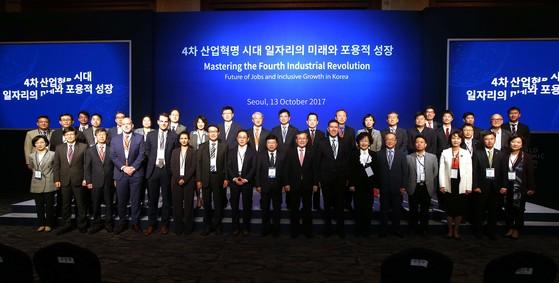 세계경제포럼(WEF·다보스포럼)이 KAIST와 함께 13일 서울 소공동 롯데호텔에서 개최한 '4차 산업혁명 시대 일자리의 미래와 포용적 성장' 원탁회의. [사진 KAIST]