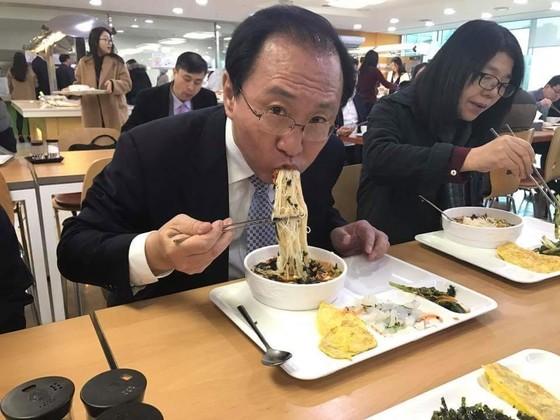 박 전 대통령 탄핵이 결정됐던 지난 3월 10일 국회 구내식당에서 잔치국수를 먹는 노회찬 정의당 원내대표 [사진 노회찬 페이스북]