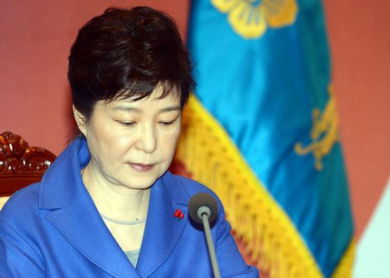 박근혜 대통령에 대한 탄핵소추안 가결된 지난해 12월 9일 박근혜 대통령이 위민관에서 마지막 국무위원 간담회를 주재하며 모두발언을 마친 후 자료를 살펴보고 있다. [중앙포토]