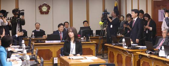 13일 오전 헌법재판소 국정감사장에서 여야 의원들이 말싸움을 하고 있다. 김이수 권한대행의 업무보고 인정 여부에 대한 여야 의원들의 의사진행 발언으로 국감은 열리지 못했다. [연합뉴스]