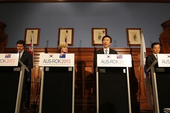 2015년 호주 시드니에서 열린 한-호주 외교·국방장관 연석회의(2+2) 직후 장관들이 기자회견을 진행하고 있다. [사진 외교부]