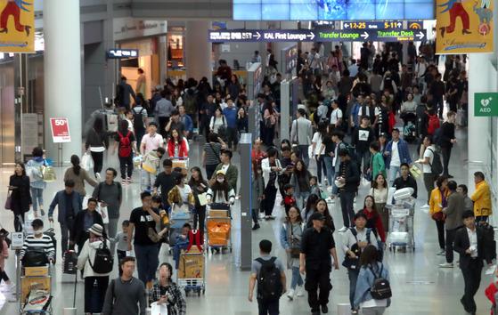 인천공항이 출국 인파로 복잡한 모습이다. [사진 연합뉴스]