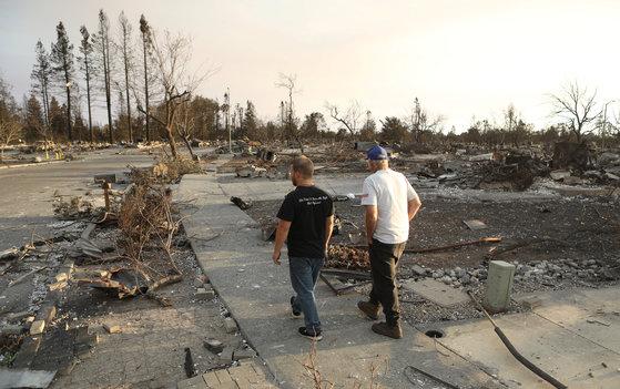 캘리포니아 북부에서 산불피해가 가장 큰 산타로사 주민들이 전소한 마을을 돌아보고 있다. [로이터=연합뉴스]