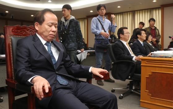 13일 헌법재판소에 열린 국정감사장에서 김이수 헌재소장 권한대행이 여야간 공방에 눈을 감은 채 침묵하고 있다. 강정현 기자