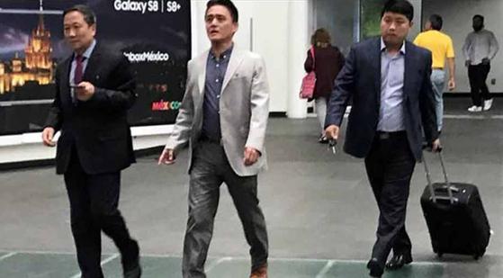 멕시코 정부로부터 추방 명령을 받은 김형길 주멕시코 북한대사(왼쪽)가 애초에 통보받은 기한보다 5일 뒤늦은 14일(현지시간) 출국 하고 있다. 멕시코 정부는 지난 7일 북한의 6차 핵실험과 잇단 탄도미사일 발사에 대한 항의 표시로 김 대사를 외교적 기피인물(페르소나 논 그라타)로 지정하고 72시간 이내에 떠날 것을 명령했다. [연합뉴스]