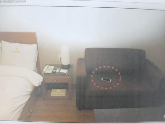 A씨가 머문 임시숙소 내부 모습. 쇼파 위에 A씨 휴대폰이 남겨져 있다. [사진 창원중부경찰서]