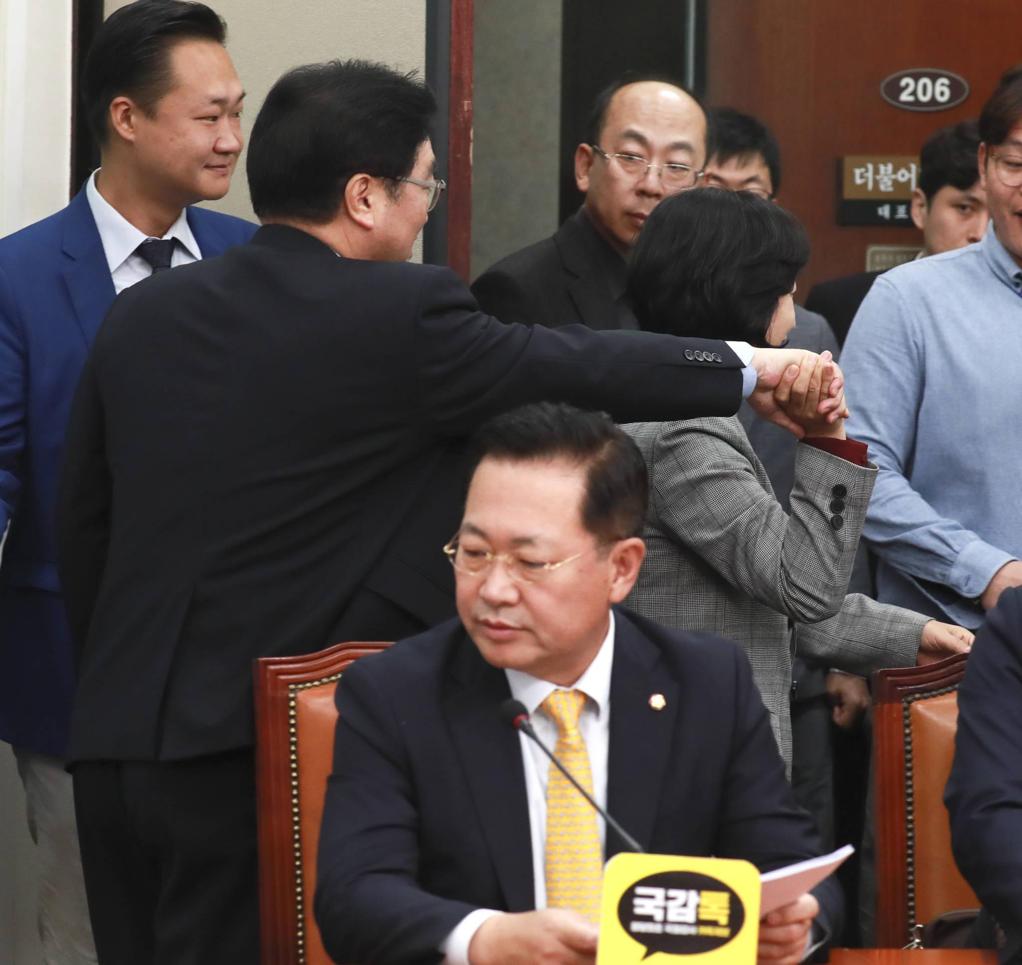 추미애 대표가 우원식 원내대표의 손을 잡고 밖으로 나가고 있다. 임현동 기자