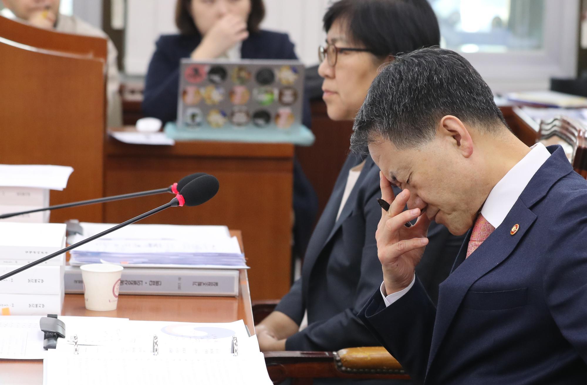 박능후 보건복지부 장관이 13일 국회에서 열린 복지부 국정감사에서 참고인으로 출석한 아동학대 피해자 어머니의 사연을 듣고 있다. [연합뉴스]