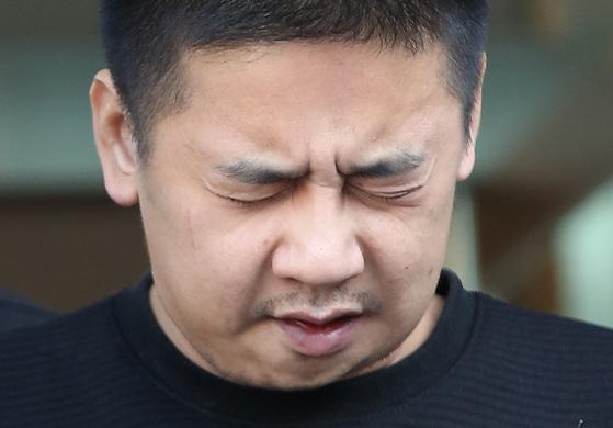 이영학이 13일 오전 서울 중랑경찰서에서 검찰로 송치되기 전 취재진 앞에 섰다. [연합뉴스]