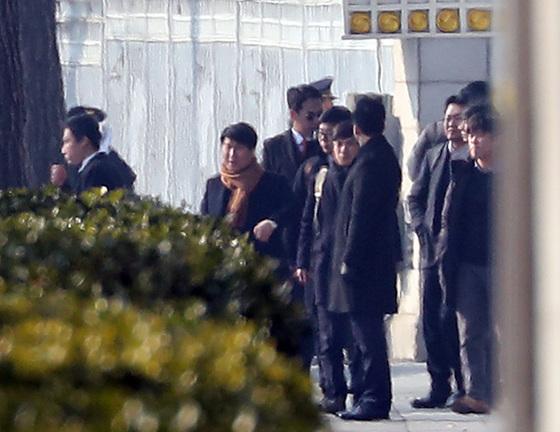 지난 2월 3일 박영수 특별검사팀 관계자들이 청와대에 대한 압수수색 영장을 발부받아 압수수색에 나섰으나 결국 빈 손으로 돌아갔다. [중앙포토]