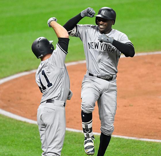 양키스의 디디 그레고리우스(오른쪽)가 홈런을 터뜨린 뒤 브렛 가드너와 기쁨을 나누고 있다. [클리블랜드 USA투데이=연합뉴스]