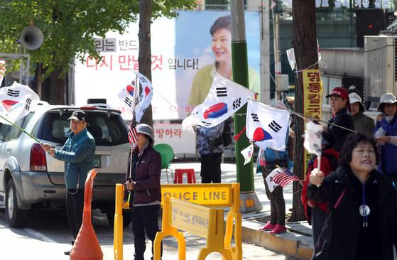 13일 오전 서초구 서울중앙지법 앞에서 박근혜 전 대통령 지지자들이 박 전 대통령 석방 촉구 집회를 벌이고 있다. [연합뉴스]