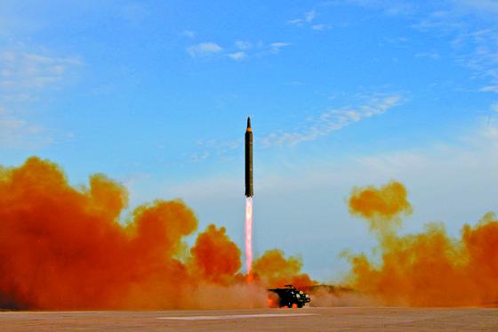 """북한 조선중앙통신이 중장거리탄도미사일(IRBM)인 화성-12형 발사 장면을 지난 9월 16일 보도했다.   김정은 노동당 위원장은 미사일 발사훈련을 지켜보고 """"무제한한 제재봉쇄 속에서도 국가핵무력 완성 목표를 어떻게 달성하는가를 똑똑히 보여주어야 한다""""며 """"이제는 그 종착점에 거의 다달은 것만큼 전 국가적인 모든 힘을 다하여 끝장을 보아야 한다""""고 말했다. [연합뉴스]"""