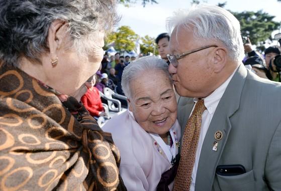 마이크 혼다(오른쪽) 미국 전 하원의원이 13일 오후 충북 보은군 보은읍 뱃들공원에서 열린 보은 평화의 소녀상 제막식에 참석해 이옥선 할머니를 안고 있다. 프리랜서 김성태
