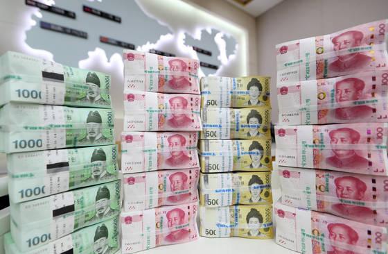 한ㆍ중 통화스와프가 만기되는 10일 서울 KEB하나은행 본점에 쌓여있는 원화와 위안화. [연합뉴스]