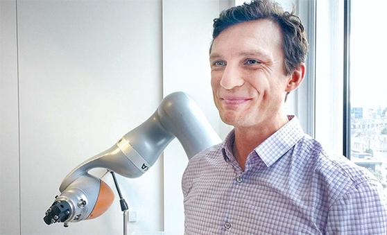다닐 스토야노프 런던대 교수는 바둑 인공지능 '알파고'를 탄생시킨 머신러닝 기법으로 로봇에 인공지능을 결합하는 연구를 진행하고 있다. [강기헌 기자]