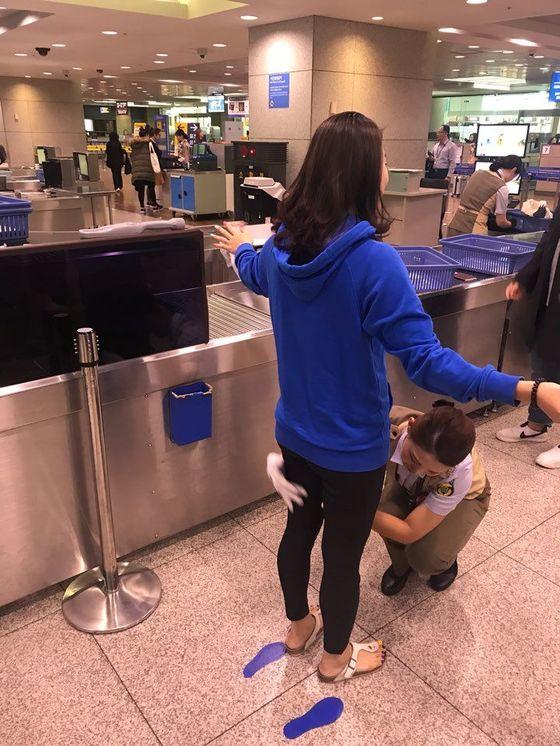 인천공항에서 여성 검색보안요원이 여성 탑승객을 검색하고 있다. 검색은 동성이 하는 게 기본인데,김포공항 등 국내 주요공항은 검색보안요원의 여초현상이 두드러지고 있다. [사진 인천공항공사]