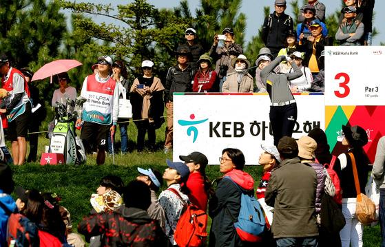 13일 인천 스카이72 골프장 오션코스에서 열린 KEB하나은행 챔피언십 2라운드에서 많은 갤러리 앞에서 경기를 치르는 박성현. [사진 KEB하나은행 챔피언십 대회본부]