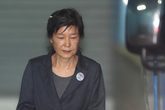 박근혜 전 대통령이 재판을 마친 뒤 호송차로 향하고 있다. 김경록 기자